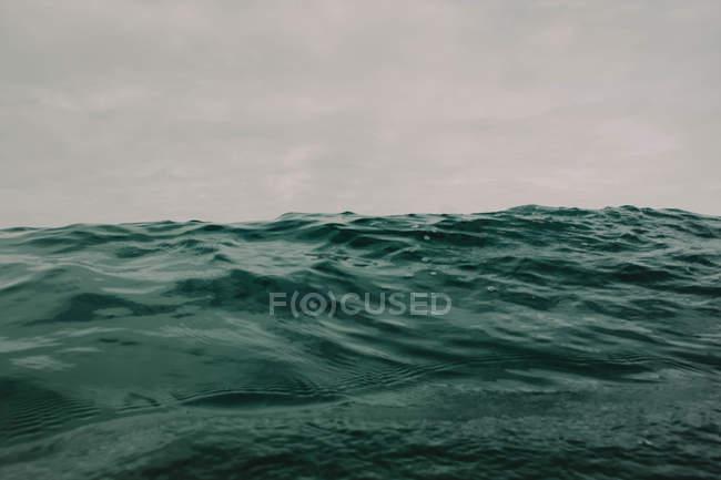 Океанських хвиль на Похмурий день — стокове фото