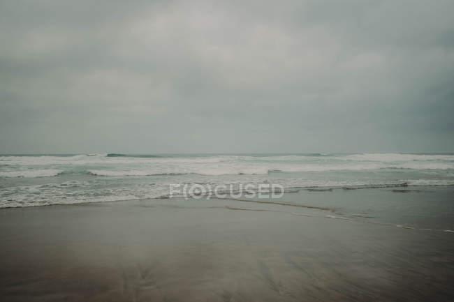 Океанських хвиль на узбережжі — стокове фото