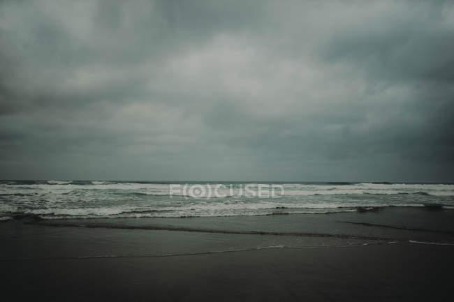 Vagues océaniques sur le littoral — Photo de stock