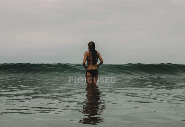 Mulher enfrenta as ondas — Fotografia de Stock