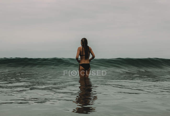Woman faces the waves — Stock Photo