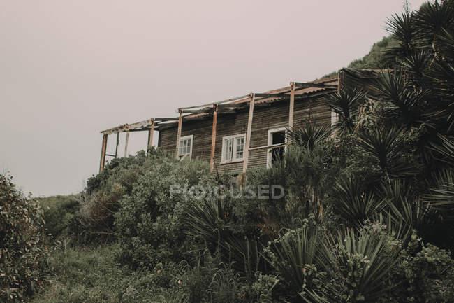 Cabane abandonnée sur la côte — Photo de stock