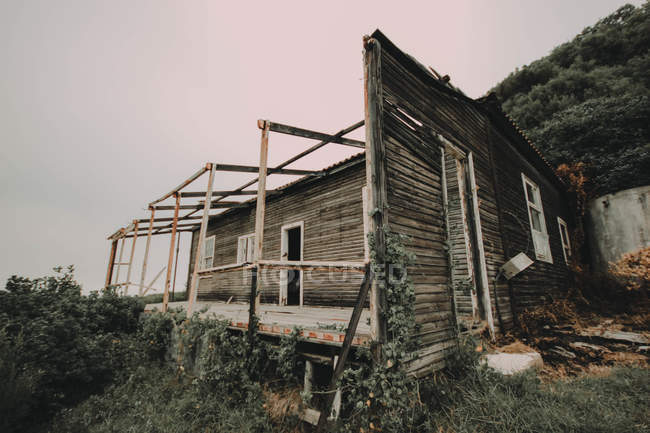 Cabina abbandonata sulla costa — Foto stock
