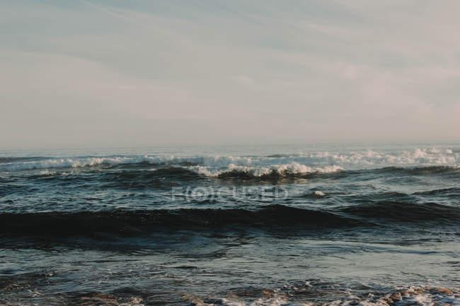 Живописный бушующий океан — стоковое фото