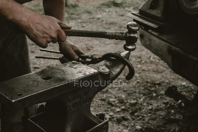 Real scene of blacksmith making a horseshoe — Stock Photo