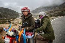 Uomo e donna sulla moto — Foto stock