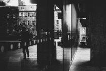 Вид на вулицю крізь скло — стокове фото