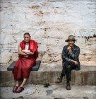 Monaco tibetano-buddista e cittadino locale — Foto stock