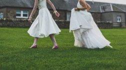 Coppia cammina sull'erba — Foto stock
