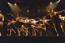 Выступление на сцене в университете Эдинбурга — стоковое фото