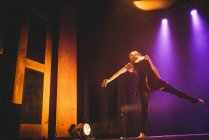 Молодая девушка танцует на сцене — стоковое фото
