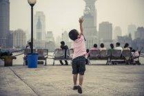 Маленький мальчик, играя с пузырьками — стоковое фото