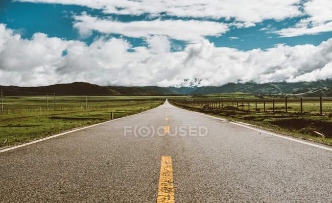 Довга дорога в нікуди — стокове фото