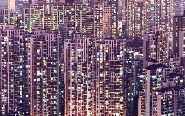 Половині освітлені апартаменти Шанхай — стокове фото