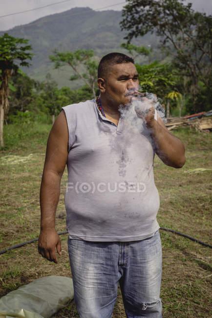 Tabagisme chez l'homme adulte — Photo de stock