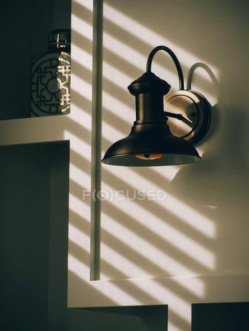 Lâmpada na parede sobre sombras — Fotografia de Stock