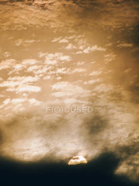 Nubes que cubren el sol - foto de stock