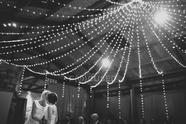 Lesbian couple kissing on wedding — Stock Photo