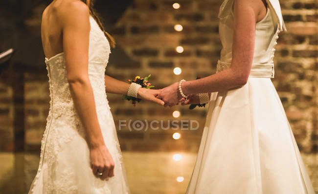 Couple standing together, holding hands — Stock Photo