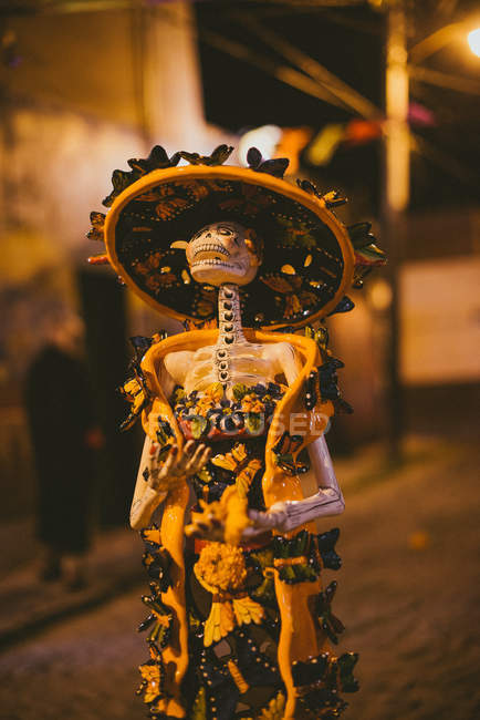 Esqueleto decorada tradicional - foto de stock
