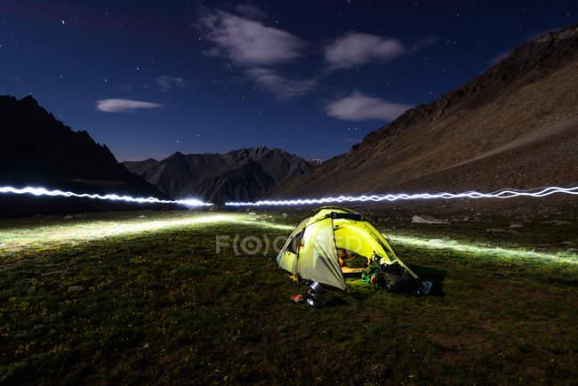 Peinture de lumière autour de tente — Photo de stock