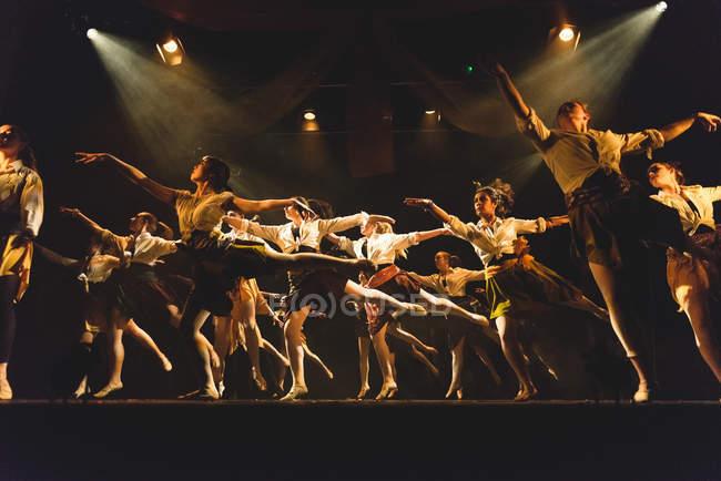Выступление на сцене в Эдинбургском университете — стоковое фото