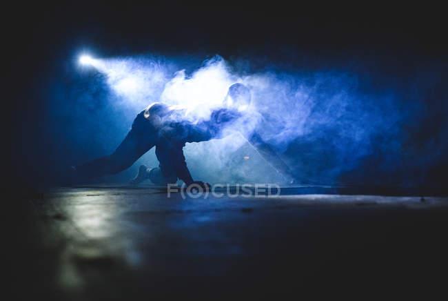 Bailarín masculino durante la actuación - foto de stock