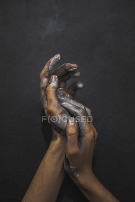 Жіночих рук у чорно-білою фарбою — стокове фото