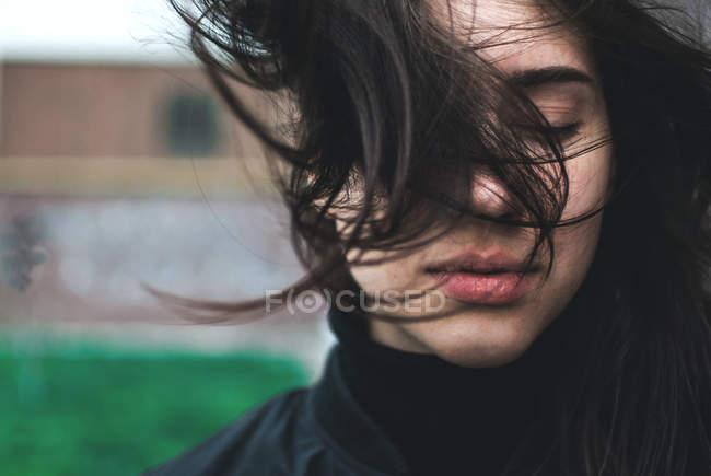 Giovane donna con i capelli ventosi — Foto stock
