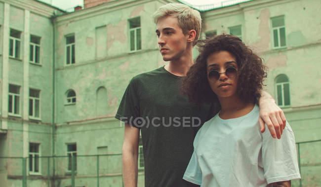 Pareja multiracial de jóvenes hipster al aire libre - foto de stock