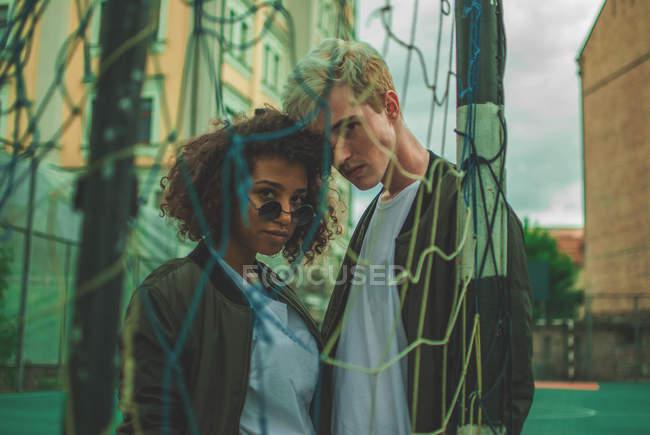 Coppie multiracial hipster giovane all'aperto — Foto stock
