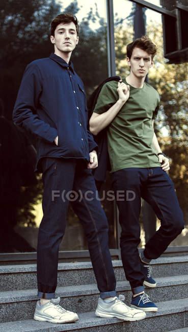 Homens de hipster pé na escada — Fotografia de Stock