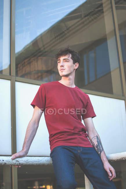 Hipster uomo contro ampia finestra — Foto stock