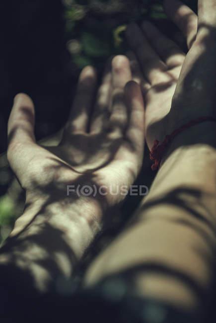 Mani, illuminate dalla luce del sole — Foto stock