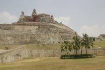 Vista di antica costruzione sul campo verde con palme, Panama, America centrale — Foto stock