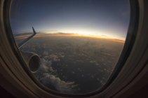Vista del cielo dalla finestra piana sopra le nuvole — Foto stock