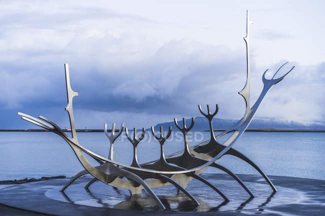 Slfari sculpture dreamboat Jn Gunnar rnason pendant la journée, Reykjavik, Islande, Europe — Photo de stock