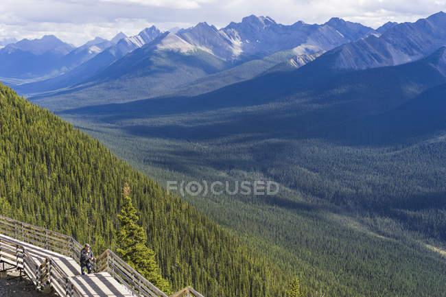 Homem sozinho na trilha de madeira explorando picos de montanha em banff, Alberta, Canadá — Fotografia de Stock