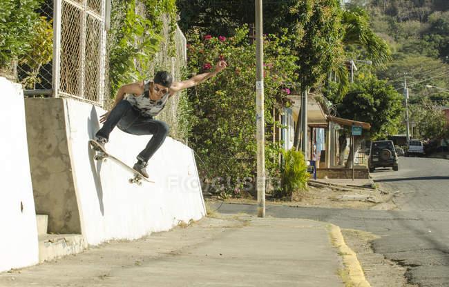 Skateur faire un truc de marches dans la rue, l'Amérique centrale — Photo de stock
