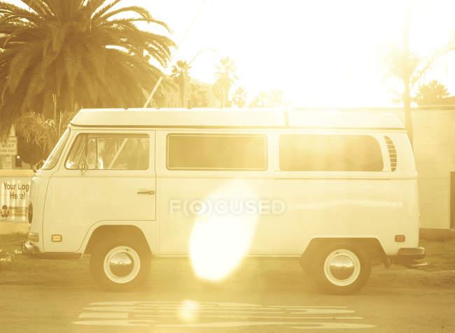 Viajar van de surfer en puesta de sol, Playa Hermosa, Los Ángeles, California - foto de stock