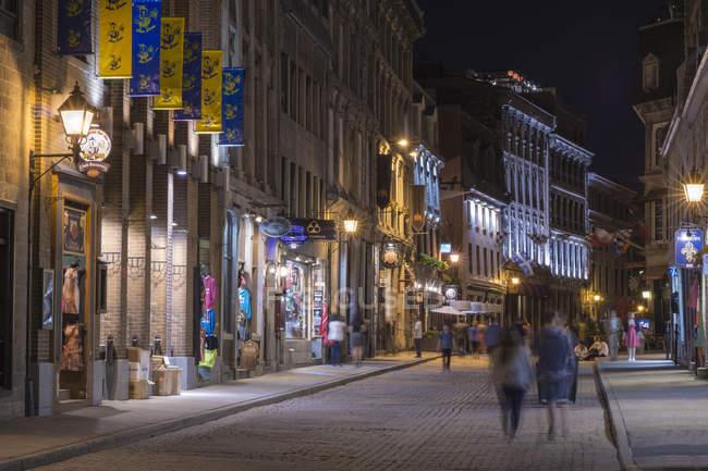 Vista da rua, com edifícios e iluminação durante a noite, Montreal, Quebec, Canadá — Fotografia de Stock