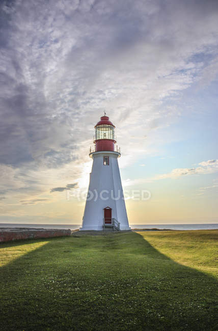 View of lighthouse on hill with green grass ,Port au Choix National Historic Site, Newfoundland, Canada — Stock Photo
