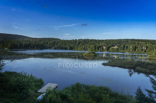 Vista del lago rodeado de árboles durante el día, Quebec, st-donat, Lanaudière, matawinie - foto de stock