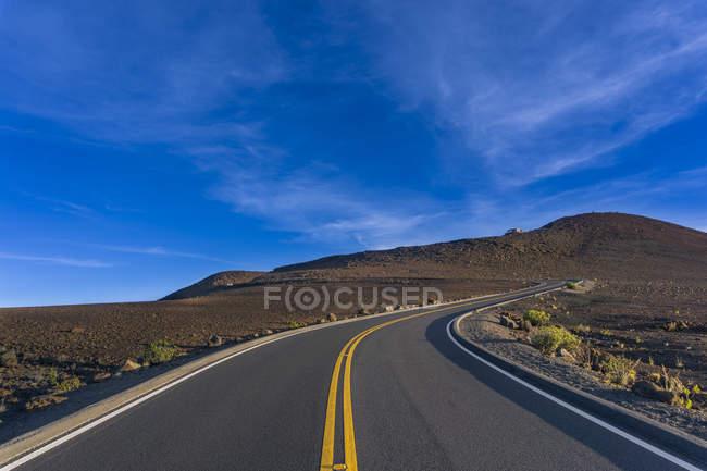 Exibição de transporte rodoviário, passando por colinas, Haleakal National Park, vulcão de East Maui, Havaí, EUA — Fotografia de Stock