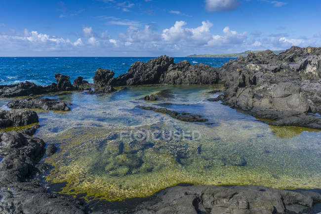 View of water surrounded by stones during daytime, Shoreline in Maui, Pacific Island, Hawaii, Usa — Stock Photo