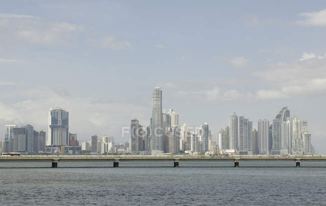 Ansicht der Stadt mit Gebäuden und Wasser im Vordergrund in Panama City, Mittelamerika — Stockfoto