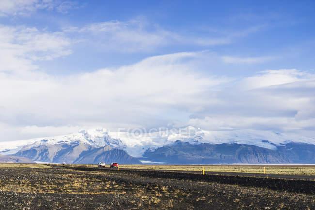 Voitures circulant sur la route autour de campagne avec montagnes, Skaftafell, Islande, Europe — Photo de stock
