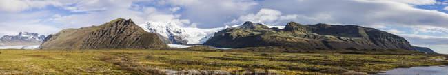 Vue sur montagnes avec de l'herbe sur le premier plan pendant la journée, Skaftafell, Islande, Europe — Photo de stock