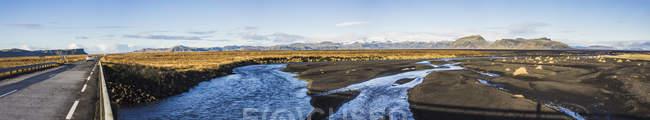 Vue du chemin sur une route lors d'un voyage autour de l'Islande, Europe — Photo de stock