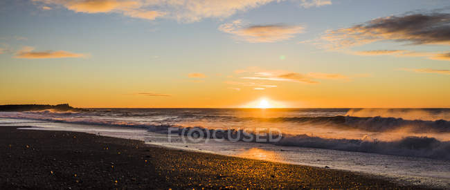 Wavy water and sandy beach at sunrise in Vik, Iceland, Europe — Stock Photo